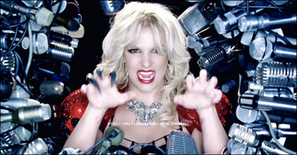 """. Découvre le merveilleux clip de HIAM et donne ton avis ! + Nouveau tweet de Brit : """"J'espère que vous aimez autant que moi. Si ce n'est pas le cas je vais vous botter les fesses avec mon Kung Fu comme je l'ai fait avec la fille du clip – Britney """" . Nouveau tweet de Will.I.Am : """"Dans le studio avec @britneyspears aujourd'hui. Nous avons enregistré une autre chanson pour #femmefatale. Ça fait 2 tubes."""" . Britney en studio d'enregistrement à Hollywood, le 17 février. Puis, accompagnée de sa petite famille, elle quitte l'aéroport de LAX à Los Angeles, le 18 février. ."""