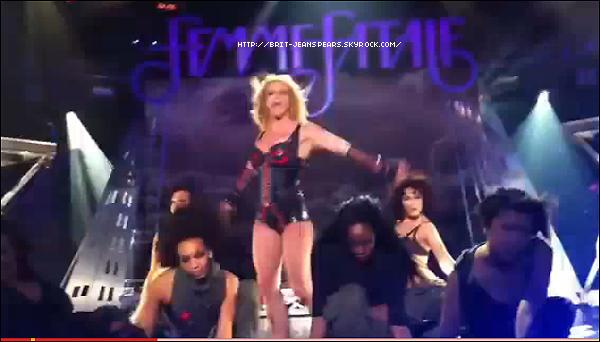 """. Découvre des photos de la performance de Britney au Rain Club + Clique sur l'image pour voir la vidéo de Till The World Ends ! . Nouveau tweet de Brit : """"OMFG ça fait tellement du bien d'être de retour sur scène - Britney"""" ."""