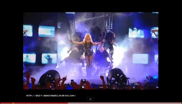 """. Britney tourne un sketch pour l'émission de Jimmy Kimmel avec l'équipe de l'émission Jackass, le 29 mars. . Nouveau tweet de Brit : """"Je viens juste de faire ma première cascade pour @jackassworld avec Knoxville et compagnie. Knoxville a intérêt à faire gaffe à lui... -Britney"""" . Clique sur les images pour découvrir les 2 performances de Brit sur le plateau de Jimmy Kimmel ! . Britney donnera une interview exclusive à la radio anglaise Capital FM ce soir pour parler de Femme Fatale, mais aussi faire une annonce spéciale qui devrait concerner l'Angleterre. . Selon un article de TMZ, Enrique Iglesias devait à l'origine faire la première partie de la tournée de Britney mais ce dernier n'a pas voulu car """"son égo ne pouvait pas le supporter"""". Pourtant, le contrat était très avantageux pour lui selon les sources du site. ."""