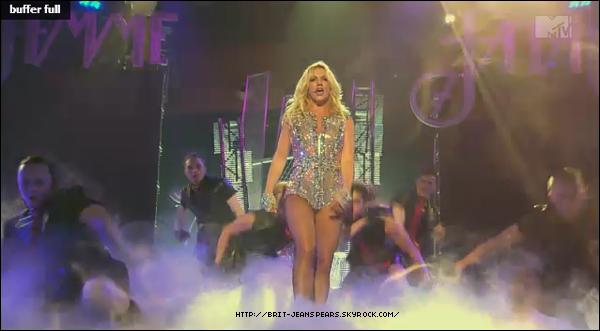 . Découvre les performances de Britney au Rain Club de Las Vegas sur Till The World Ends, Hold It Against Me et Big Fat Bass. . Brit et ses enfants à Mandela Bay à Las Vegas, où ils sont allés voir Le Roi Lion, le 03 avril. .