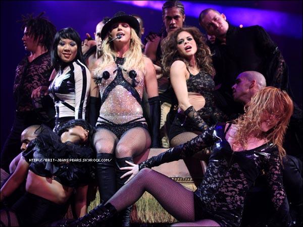 """. Pour information, Jamie King n'est pas le chorégraphe mais le créateur des décors, de la tournée... Les chorégraphes seront sûrement connus plus tard. . Nouveau tweet de Britney : """"Je suis tellement excitée d'avoir non pas 1 mais 2 titres dans le top 10 de Itunes. #TillTheWorldEnds #SnMRemix -Britney"""" ."""