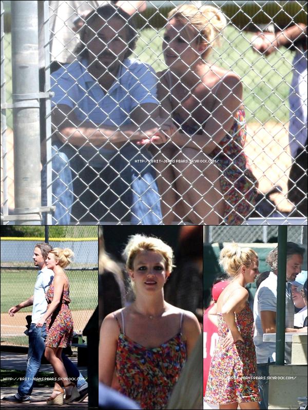 . Britney et Jason allant au match de baseball de Sean, le 17 avril. . Puis, ils font des courses dans un supermarché, le même jour. .