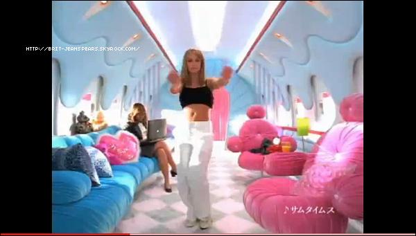 """. Britney vient de récupérer la garde partagée de ses fils. Lis l'article complet ici !  . Découvrez 2 nouveaux outtakes du photoshoot de l'album Circus ! . Brit met aux enchères la tenue portée lors de son premier voyage au Japon afin d'aider le pay qui a subit plusieurs tremblements de terre et un Tsunami ces dernières semaines. La tenue qui est mise en vente a été portée par Britney pour la publicité japonaise tournée pour la marque de bonbons Suki Candy. Clique sur l'image pour découvrir la vidéo ! . Nouveau tweet de Brit : """"Ecoutez ce remix incroyable provenant de Desihit sur Till The World Ends. Je l'adore ! http://www.desihits.com/remixes/britneyspears -Britney"""" . Britney a été vue se rendant au studio de danse pour les répétitions de sa tournée, le 18 avril. ."""