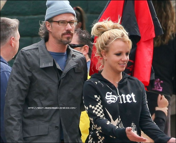 """. Le site E! Online avait rapporté que Britney  était fiancée à son compagnon de longue date, Jason Trawick. Une photo de la pop star arborant ce qui semble être une bague de fiançailles, a même été publiée en guise de preuve. Le porte-parole de Brit dément : """"Ce n'est pas une bague de fiançailles"""", précisant au passage que celle-ci n'était pas prête à unir sa destinée à celle de Jason. . Brit a dit récemment à Ryan Seacrest : """"Jason et moi adorons faire du sport ensemble"""". Selon US Weekly, Jason aurait perdu plus de 20 kg depuis qu'il est avec Britney. ."""