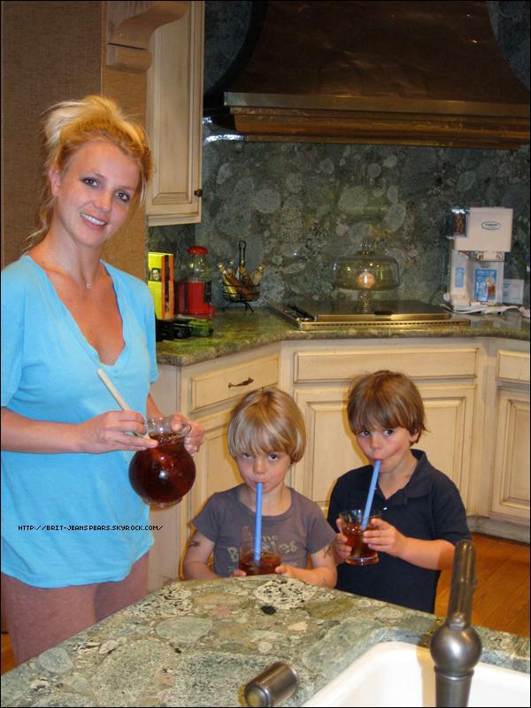 """. Britney et Jason au match de la Sunrise Little League à Los Angeles, le 30 avril. . Nouveau tweet de Brit, accompagnée d'une photo : """"J'ai passé un bon moment avec mes fils au match de baseball hier, je leur ai fait du thé maison après ! - Brit"""" ."""