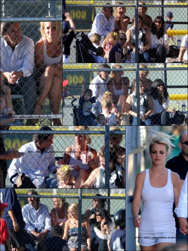 """. Nouveaux tweets de Britney : """"La 2ème partie des packages VIP sont en vente dès aujourd'hui ! Vous ne savez pas à quel point j'ai hâte de rencontrer certains d'entre vous ! - Brit"""" et """"Il est temps de ramener les familles à la Nouvelle Orléans. Rejoignez le projet de @Stbernardproj avec moi et aidez à reconstruire des vies -Britney"""". . Brit, Jason et Jamie Lynn au match de la Sunrise Little League à Los Angeles, le 02 mai. ."""