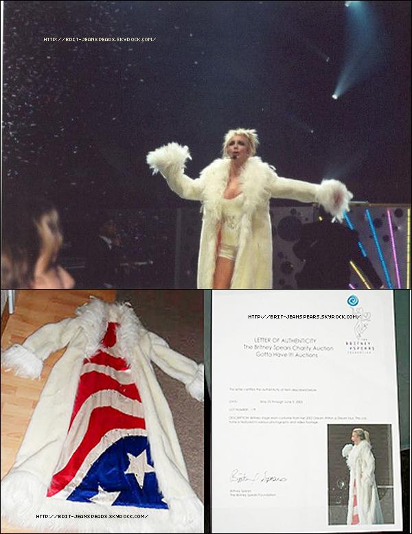""". Le dernier single Till The World Ends a déjà été certifié disque de platine aux États-Unis avec plus de 1 million de téléchargements numériques. . Lors de la tournée DWAD, Brit chantait la chanson Lucky dans un long manteau blanc. Et bien maintenant, il est possible de se le payer. Oui à condition d'avoir $4,999.99. Car c'est la mise à prix du costume sur Ebay ! .  Brit arrive en 1ère position des célébrités les plus recherchées sur Youtube, juste devant Madonna et Selena Gomez ! . Votez pour Britney aux MMVMA 2011 (dans la catégorie """"Artistes internationaux"""") ici ! ."""