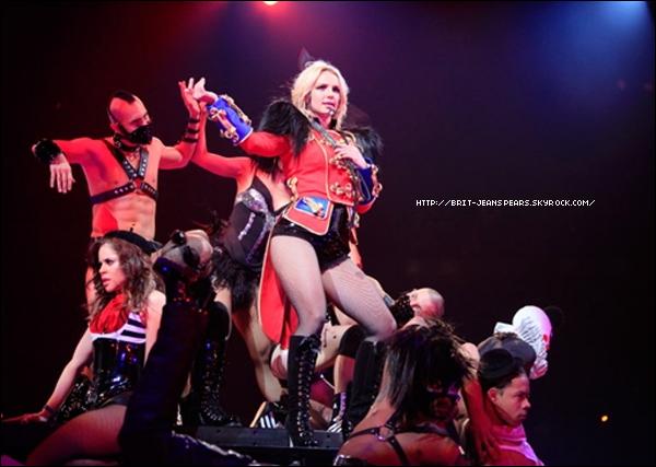 """. Britney à Paris-Bercy en décembre 2011 ? C'est du moins ce qu'annonce Le Parisien, en disant que l'équipe de Britney attend, bien évidemment, de voir comment se dérouleront les ventes du leg américain. Si cela s'annonce vrai, elle devrait y performer lors de deux concerts dans la capitale. Pour rappel, le journal Le Parisien, avait également prédit la venue de Britney, avec le Circus Tour, fin juin 2009, ce qui s'est avéré être vrai, à quelques jours prêts. . Les compositeurs de Womanizer, Guys K. Briscoe (he Outsyders), semblent être très heureux de la Britney Mania qui se produit à travers le monde. Et apparemment, ils auraient l'intention de faire découvrir deux nouvelles chansons de Britney qui sont Tear The Up Club et Human Nature dans leur prochaine Mixtape. .  @Selena Gomez confirme que Brit lui a écrit des chansons qui apparaitront sur son nouvel opus, elle dément toutefois les rumeurs d'un duo : """"Ce serait cool, mais je ne crois pas que ça se fera."""" ."""