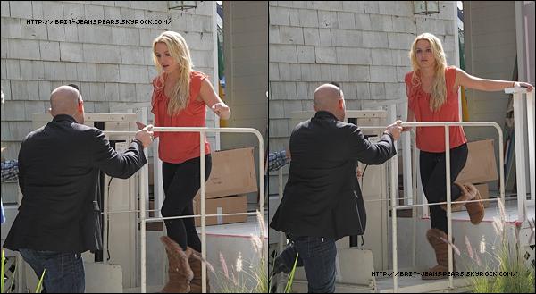 . Britney quitte la boutique The Groove en Californie, le 10 juin. . Découvre une petite vidéo de la même sortie où l'on aperçoit des costumes de la tournée. . Ecoute le cover du titre Burnin' Up de Madonna, que Britney reprendra lors du Femme Fatale Tour. .