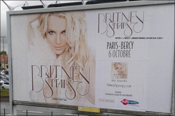 . Découvre les plus belles photos et les vidéos du Femme Fatale Tour à Phoenix ! . Afin de promouvoir le Femme Fatale Tour, une campagne d'affichage vient d'être mise en place dans les rues de Paris ainsi que dans les métros et les différentes gares. .