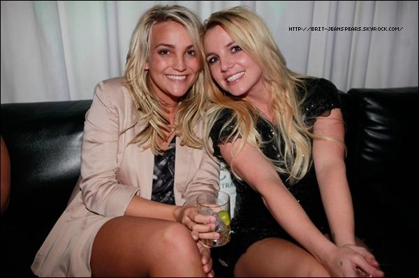 """. Découvre une photo de Britney et Jamie Lynn lors de l'after-party des MTV Video Music Awards ! A noter que Brit s'est classée parmi les 20 stars les mieux habillées de la soirée d'après un classement de Billboard. . Nouveau tweet de Shoshanna Stone (la publiciste UK de Brit) : """"Excitée que les gens puisse voir un incroyable photoshoot que Britney a fait vendredi."""" ."""