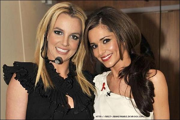 """. Britney a récemment invité le Prince William et Kate Middleton pour voir son Femme Fatale Tour au Royaume-Uni le mois prochain, mais maintenant elle a reçu une invitation à son tour. Nous avons demandé aux The Saturdays qui rêveraient-elles de voir assister à leur concert, et le nom de Britney faisait l'unanimité : """"Moi ça serait Britney Spears"""" dit Mollie. """"Elle a presque embrassé Gaga au VMA's, pourquoi ne l'a-t-elle pas fait ? Cela aurait été tellement drôle"""" a ajouté Vanessa. Les chanteuses ont aussi choisi le clip de Till The World Ends comme une de leurs vidéos les plus sexy de l'année. . Selon le magazine NOW, la chanteuse de l'ancien groupe Girls Aloud, Cheryl Cole, espère entrer en studio avec Britney après avoir demandé au producteur JR Rotem pour une chanson avec la Princesse de la Pop. C'est une proche amie de la chanteuse qui révèle au magazine : """"Elle aimerait faire un duo avec Britney pour son prochain album."""" ."""