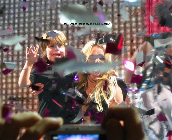 """. Sean Preston, le premier fils de Britney, fête ses 6 ans aujourd'hui ! Happy birthday to youuu ♪ . Nouveau tweet du site Zebule : """"Criminal, le nouveau single de Britney Spears vient d'être envoyé en radio dans une version (un peu) remixée."""" Découvre dès maintenant la pochette officielle ! .  Chris Marrs Piliero (I Wanna Go) serait le réalisateur du nouveau clip ! Celui-ci serait tourné sur deux jours, le 18 et 19 septembre. Découvre le scénario et le casting en cliquant ici ! ."""