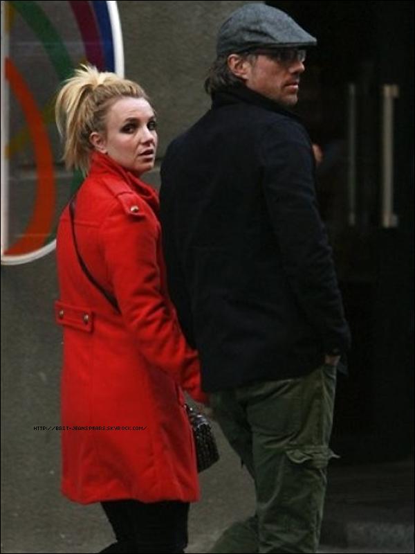 . Britney et Jason ont été vu dans le centre ville de Kiev  en Ukraine, le 25 septembre. . Le fameux magazine Glamour, pour l'édition allemande, a fait un sondage pour demander aux lectrices quelle personnalité elles préféraient voir en couverture de leur magazine. Brit arrive en 2ème position, juste derrière Christina Aguilera. .