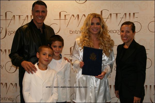 """. Nouveau tweet de Britney : """"J'ai reçu le prix de l'ambassadeur pour la diplomatie culturelle ce soir en Hongrie. Trop cool. Merci la Hongrie -Brit"""" . Lors du concert à Budapest, Jayden James est monté avec sa maman sur scène à la fin de Till The World Ends. ."""