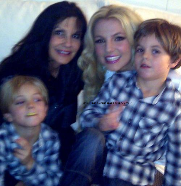 """. Selon le site américain BreatheHeavy, le nouveau clip de Britney, Criminal, serait disponible le 20 octobre sur VEVO. . Nouveau message de Lynne Spears sur Facebook, accompagné d'une photo : """"Britney apprécie le fait d'avoir sa famille près d'elle lorsqu'elle est en Europe. Et vous savez quoi, elle aime aussi utiliser mes crèmes Rodan + Fields la nuit !!!"""" . Lors du concert du Femme Fatale Tour au Danemark, un jeune fan a eu la chance de monter sur scène pour Lace and Leather. Etant un peu trop jeune pour que Britney puisse lui « grimper » sur les épaules, celle-ci a opté pour un bisou sur la joue ! ."""
