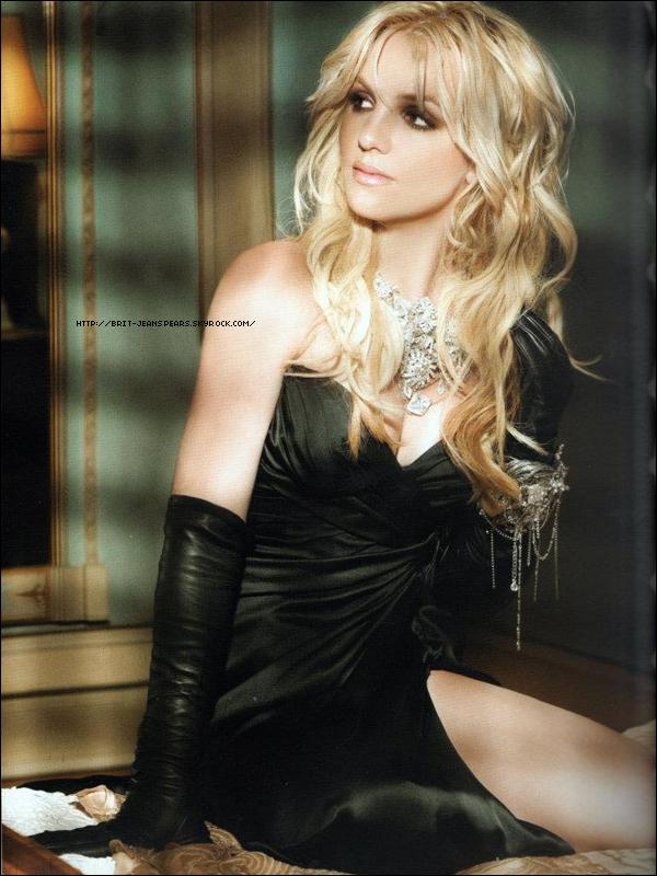 """. Une nouvelle photo du photoshoot de Randee St Nicholas pour l'album Femme Fatale ! . Nouveau tweet de Britney : """"Je viens de regarder la version finale de Criminal filmée à Londres. C'est si chaud ! J'ai hâte que vous le regardiez la semaine prochaine – Brit"""" . En interview avec MTV News, Joe Jonas révèle qu'il souhaiterait collaborer un jour avec son idole Britney : """"J'aimerais travailler avec Britney ! Je trouve que ça serait incroyable ! Elle fait partie de ces artistes qui ont été au sommet durant toute leur carrière et toujours avec de la bonne musique. Même pendant ses hauts et ses bas, les gens continuaient de l'aimer. Elle est le type même de la fille de l'Amérique. Pour moi personnellement, j'aimerais vraiment collaborer avec Britney et pouvoir faire quelque chose. Ça serait assez cool."""" ."""