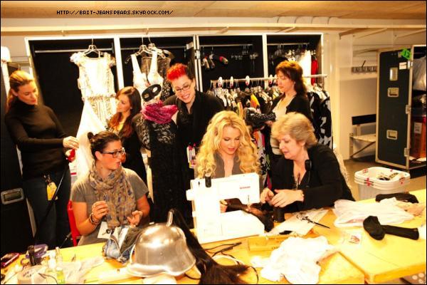 """. Nouveau tweet de Britney, accompagné d'une photo : """"Leçon de couture en Suède avec l'équipe à coudre ! Les femmes les plus adorables. :) -Brit"""" ."""
