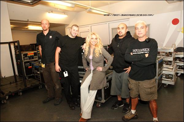 """. Nouveau tweet de Britney, accompagné d'une photo : """"L'équipe technique des effets spéciaux s'occupant des lasers et de la pyrotechnie sur ma tournée… tellement excitant ce que font ces personnes. -Brit"""" ."""