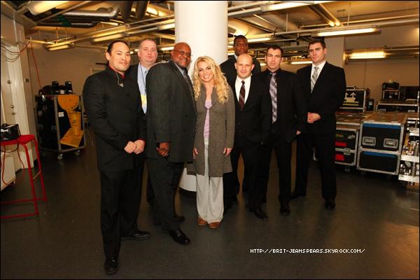 """. Nouveau tweet de Britney, accompagné d'une photo : """"J'adore mon équipe de sécurité :) Merci de nous garder moi et ma famille en sécurité sur la route… – Brit"""" ."""