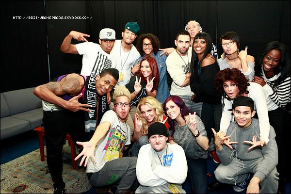 """. Nouveau tweet de Britney, accompagné d'une photo : """"Faites connaissance avec mes danseurs ! Ce sont des personnes tellement talentueuses et cool. Ils sont comme ma famille. Je les AIME tous. -Britney"""" ."""