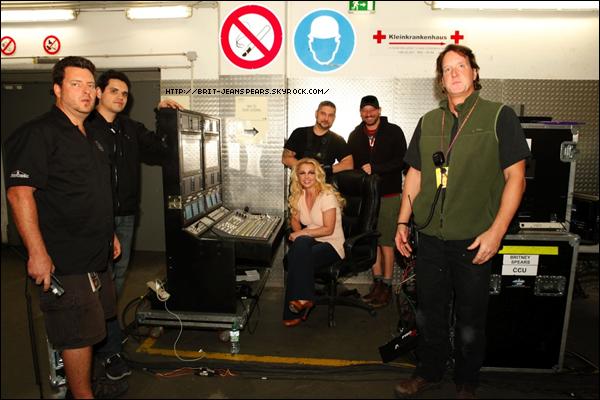 """. Nouveau tweet de Britney, accompagné d'une photo : """"Ces gars-là me rendent belle sur les écrans géants de la scène chaque soir… Dites bonjour à l'équipe vidéo ! -Brit"""" ."""