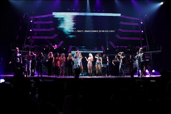 """. Nouveau tweet de Britney, accompagné d'une photo : """"@PlanetJedward Vous étiez tous les deux incroyables sur scène durant « I Wanna Go » la nuit dernière… Je vous aime les gars ! -Brit"""" ."""