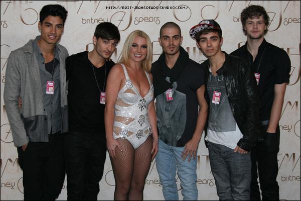 """. Nouveau tweet de Britney, accompagné d'une photo : """"Les garçons de @thewantedmusic sont venus à mon concert de Wembley et nous avons traîné dans les coulisses ! Je les aime ! Je leur ai demandé d'ouvrir mon concert de Manchester ce dimanche. Qui va venir ? Ca promet d'être un grand moment de plaisir !! – Brit"""" ."""