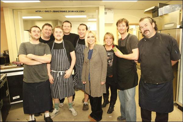 """. Nouveau tweet de Britney, accompagné d'une photo : """"Notre équipe de la cantine qui cuisine à tout le monde sur la route les repas les plus délicieux avant chaque show. Miam :) -Brit"""" ."""