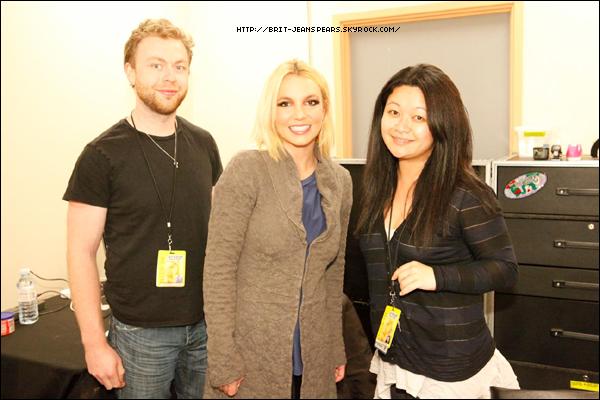 """. Nouveau tweet de Britney, accompagné d'une photo : """"Rencontrez les managers de ma tournée ! Merci Matt & Flo de vous assurer que cette tournée se déplace dans le monde sans accroc -Brit"""" ."""