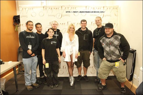 """. Nouveau message de Britney sur Facebook, accompagné d'une vidéo : """"Hey vous tous…PLUS QUE 4 JOURS avant la diffusion Femme Fatale Tour sur Epix HD. Tellement excitée ! -Brit"""" ."""