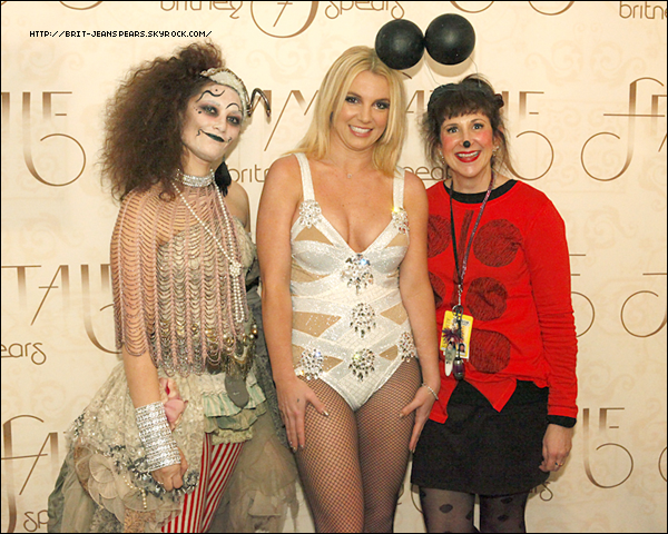 """. Nouveau tweet de Britney, accompagné d'une photo : """"Mes copines Fe et Joya qui savent comment prendre soin de tous mes VIP… et comment se déguiser pour Halloween ! – Britney"""" ."""