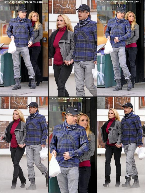. Avant de repartir pour Los Angeles, Britney et Jason sont allés faire quelques courses à New York, le 30 décembre. .