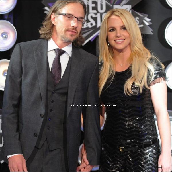 """. Britney rêve d'un mariage à la Barbie selon l'un de ses proches, cité par Daily Express : """"Britney va vraiment y plancher cette fois ! Elle l'appelle son mariage de Barbie car ce sera le genre de cérémonie féerique et magique qu'elle avait l'habitude d'imaginer avec ses poupées. Jason la soutient et l'aide dans ses préparations"""", confie-t-il. ."""
