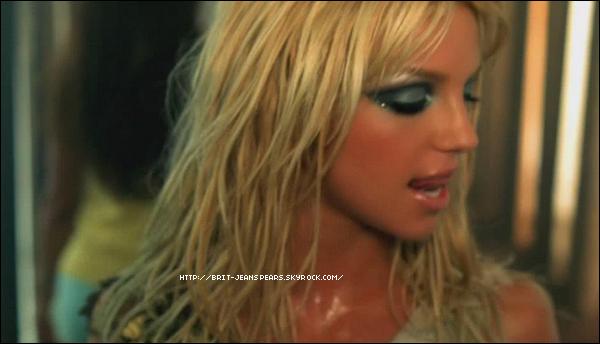 """. Nouveau message de Britney sur Facebook, accompagné d'une photo : """"Cause dancing's what I love"""". ."""