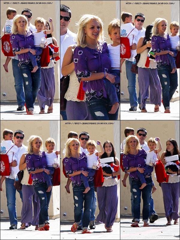 . Britney va chercher ses enfants à leur cours de karaté, le 08 mai. .