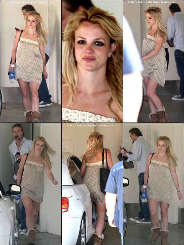 . Britney et Jason quittent l'appartement de celui-ci à Bel Air, le 23 mars. .