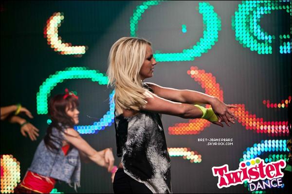 . Découvrez deux nouvelles photos de Britney sur le tournage de la vidéo commerciale pour le jeu Twister Dance ! .