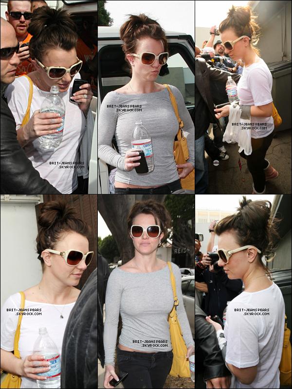 . Britney faisait du shopping chez Curve à Beverly Hills, le 26 février. .
