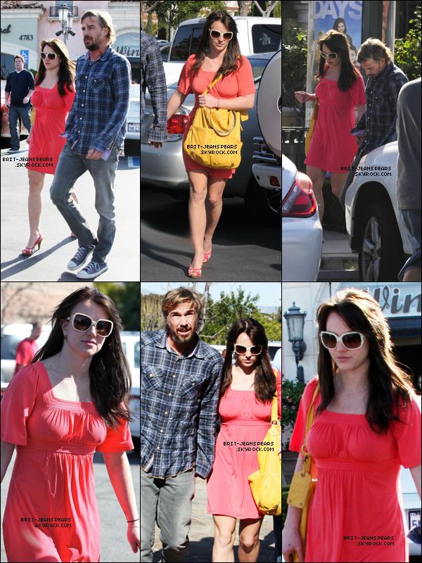 . Britney et Jason se rendaient chez Target et Marmalade Cafe à Calabasas, le 13 février. .