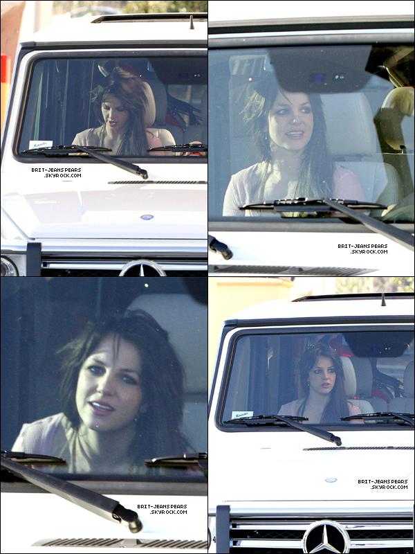 . Britney et Jason s'arrêtaient chez Mc Donald's à Los Angeles, le 14 février. .