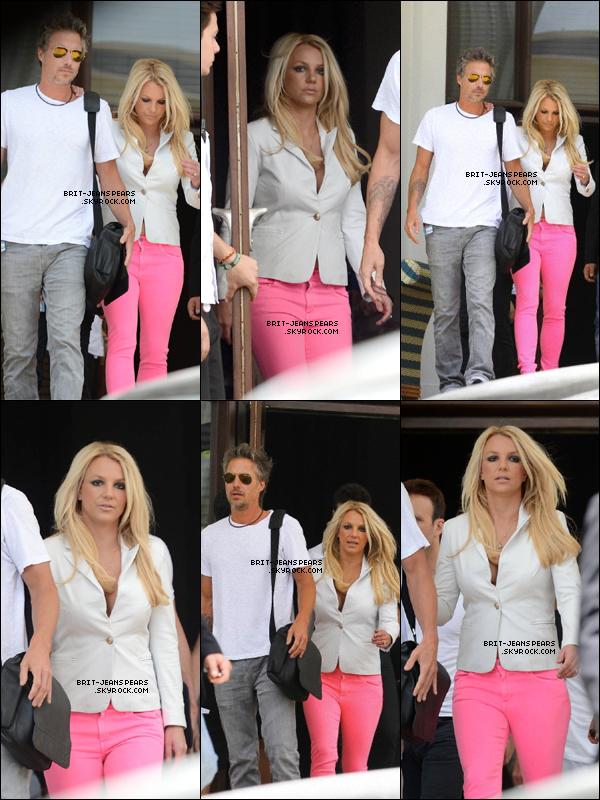 . Britney et Jason quittaient leur hôtel pour rejoindre les auditions, le 25 juillet. .
