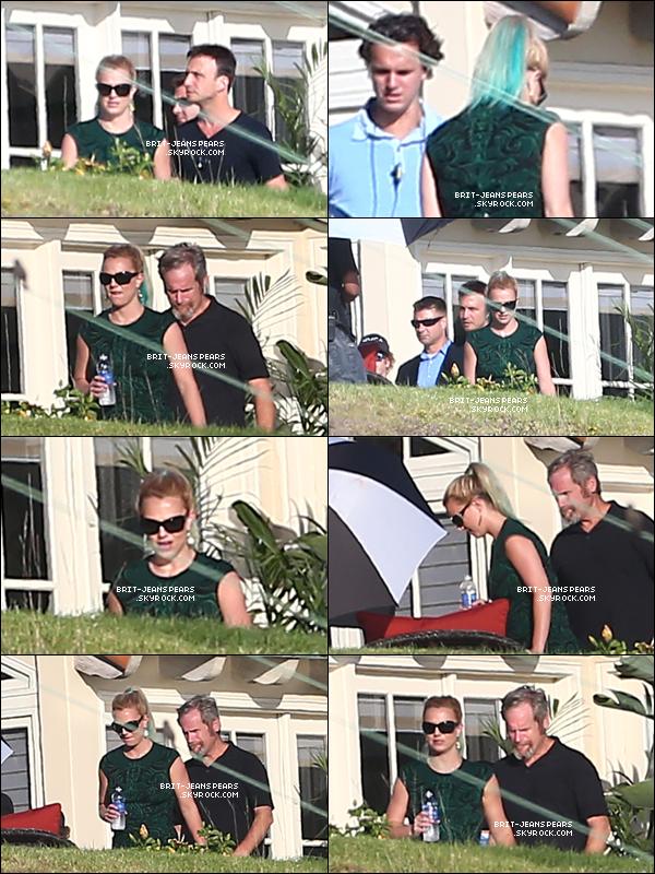 . Britney et son groupe s'entraînaient pour X Factor dans ses jardins, le 13 septembre. .