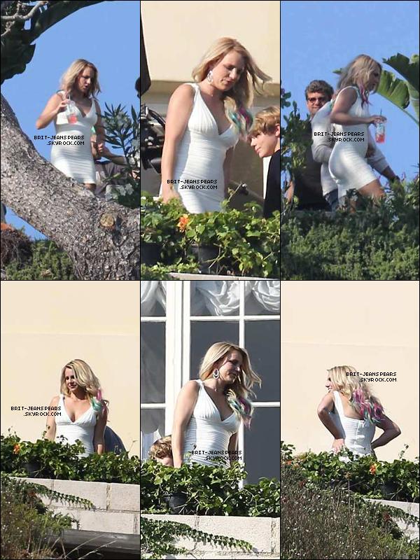 . Britney filmait une scène pour X Factor dans ses jardins, le 14 septembre. .