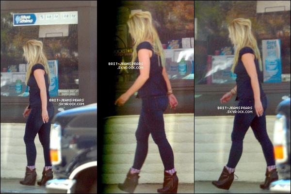 . Britney a été vue se rendant dans une station essence de Los Angeles, le 02 octobre. .