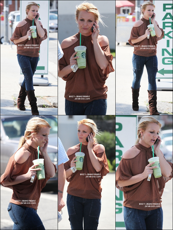 . Britney a été aperçue, Starbucks à la main et portable à l'oreille, dans LA, le 04 octobre. .
