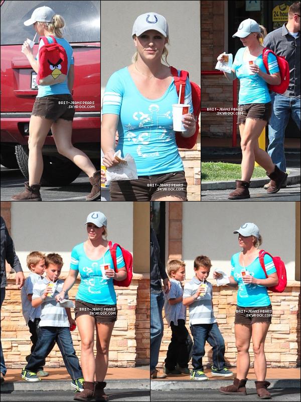 . Britney et ses enfants faisait une pause chez McDonald's à Los Angeles, le 07 octobre. .