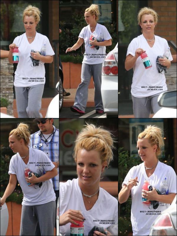 """. Britney achetait des fleurs dans la boutique """"Gelson's"""" à Los Angeles, le 18 octobre. ."""