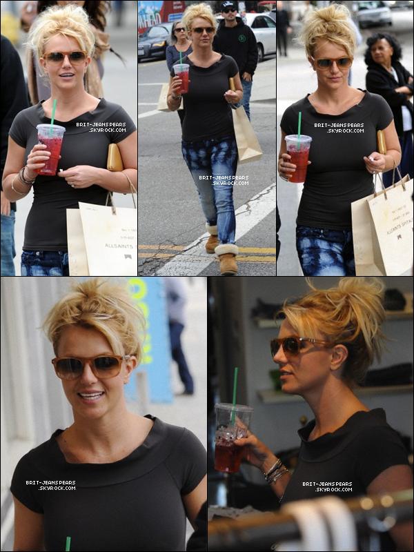 . Britney, buvant un Starbucks, se rendait dans les studios de CBS, le 15 novembre. .