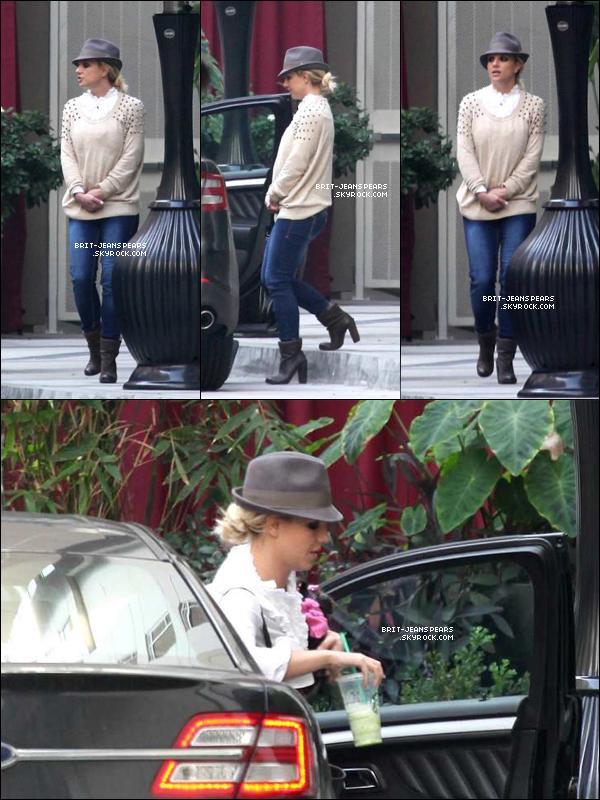 . Britney a été vue quittant le restaurant d'un hôtel d'Hollywood, le 06 décembre. .